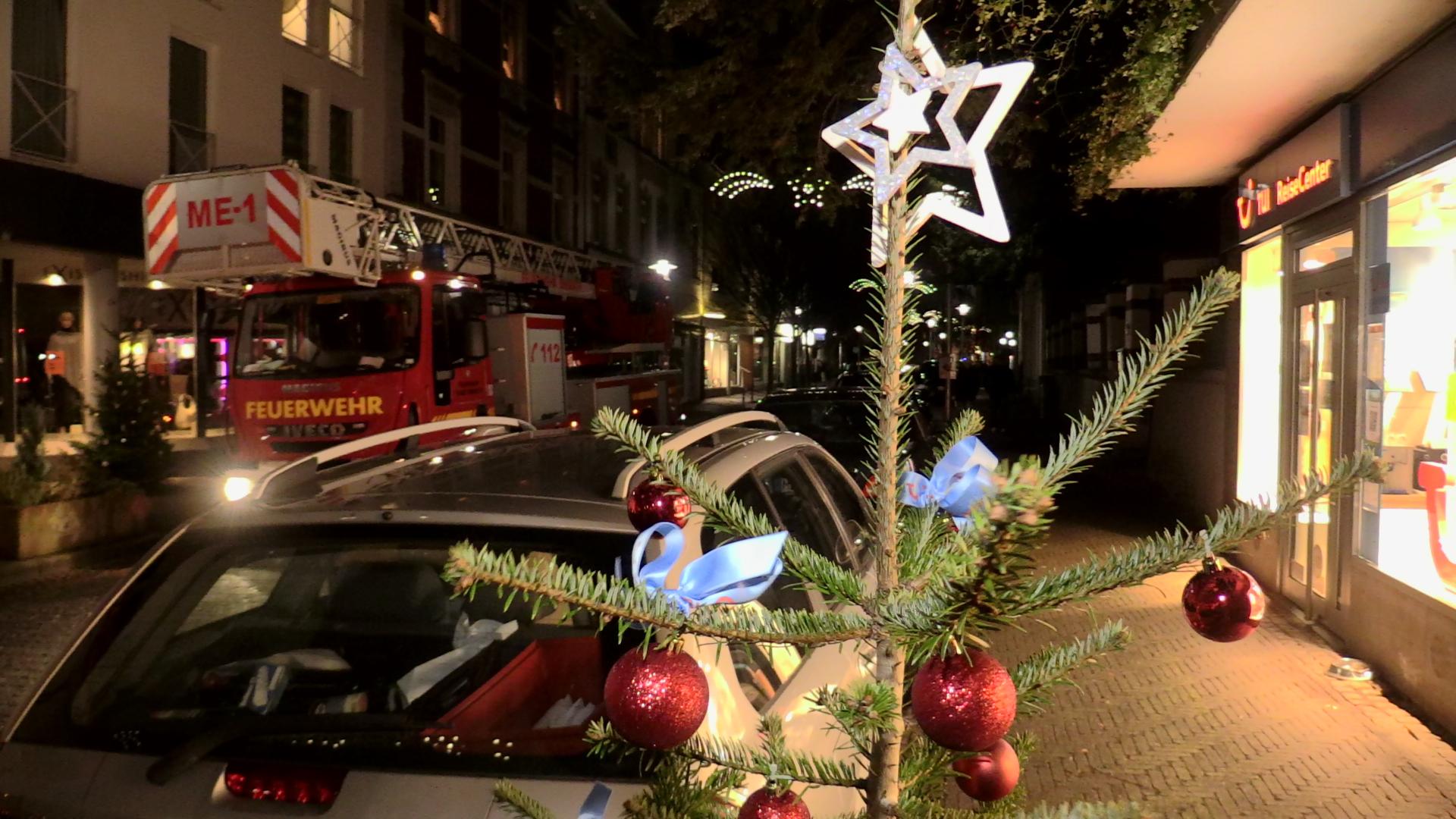weihnachtsbaum auf weihnachtsmarkt muss wegen sturm. Black Bedroom Furniture Sets. Home Design Ideas