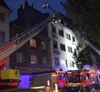 """28.06.2016 ++Köln++ Großeinsatz: Brand mit dramatischer Menschenrettung - 59-jährige lebensbedrohlich verletzt  Am Abend kam es in Köln zu einem dramatischen Brand.   Anbei die Pressemeldung der Feuerwehr Köln: """"Feuer in Wohnhaus in der Südstadt mit dramatischer Menschenrettung Bei einem Brand in einem Mehrfamilienhaus in der Darmstädter Str. in der Südstadt musste durch die Feuerwehr eine Menschenrettung mittels Sprungpolster durchgeführt werden – weiterhin war eine umfangreiche Brandbekämpfung über zwei Wohnungen im Obergeschoss und einer weiteren im Dachgeschoss des Gebäudes erforderlich. Am Dienstagabend, 28.06.2016, erhielt die Leitstelle der Feuerwehr Köln um 21:39 Uhr einen Hinweis auf ein Feuer im Obergeschoss eines Mehrfamilienhauses. Da mit der Notrufmeldung nicht auszuschließen war, dass auch eine Menschenrettung erforderlich werden könnte, entsandte die Leitstelle unmittelbar zwei Löschzüge, Einsatzfahrzeuge des Rettungsdienstes und des Einsatzführungsdienstes. Bereits auf der Anfahrt erkannten die ersten Einsatzkräfte aus der Entfernung eine deutliche Rauchentwicklung. Beim Eintreffen an der Einsatzstelle konnten die ersten Kräfte straßenseitig eine massive Rauchentwicklung aus den Fenstern im 2. und 3. Obergeschoss und des Dachgeschosses feststellen. Bei der ersten Erkundung, welche die Einsatzkräfte auch in den Hinterhof des Altbaus führte, stellten sich Rauch- und Flammenentwicklung aus den Obergeschossen noch dramatischer dar. Durch den Rauch konnte im 2. Obergeschoss eine Person erkannt werden welche auf dem Fenstersims saß und unmittelbar von Flammen und Rauch bedroht wurde. Die Person drohte zu springen, so dass der Aufbau einer tragbaren Leiter aus Zeitgründen nicht mehr möglich war. Die Einsatzkräfte brachten sofort ein Sprungpolster, das ist ein luftgestütztes Polster, welches als Rettungsgerät für derartige Einsatzanlässe mittels Pressluft schnell einsatzbereit gemacht werden kann, in den betroffenen Hinterh *** Local Caption *** 28.06.2016 +"""