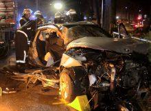 30.06.2016 ++Düsseldorf++ Schwerer Unfall mit eingeklemmter Person - PKW prallte vor Rheinbahn-Mast & Baum  Die Feuerwehr Düsseldorf wurde gegen 00:25 Uhr zu einem schweren Verkehrsunfall auf die Lindemannstraße in Höhe der Hausnummer 3 alarmiert. Als die ersten Einsatzkräfte an der Unfallstelle eingetroffen waren, stellte sich heraus, dass ein PKW vor einen Mast der Rheinbahn und anschließend gegeneinen Baum geprallt war. Besetzt war das Auto laut Polizei mit insgesamt3 Personen. Alle 3 Insassen wurden bei dem Unfall verletzt. Eine Person musste durch dieWehrleute mit hydraulischem Rettungsgerät aus dem Fahrzeug befreit werden. Die Polizei hat die Ermittlungen zum Unfallhergang aufgenommen. *** Local Caption *** 30.06.2016 ++Düsseldorf++ Schwerer Unfall mit eingeklemmter Person - PKW prallte vor Rheinbahn-Mast & Baum  Die Feuerwehr Düsseldorf wurde gegen 00:25 Uhr zu einem schweren Verkehrsunfall auf die Lindemannstraße in Höhe der Hausnummer 3 alarmiert. Als die ersten Einsatzkräfte an der Unfallstelle eingetroffen waren, stellte sich heraus, dass ein PKW vor einen Mast der Rheinbahn und anschließend gegeneinen Baum geprallt war. Besetzt war das Auto laut Polizei mit insgesamt3 Personen. Alle 3 Insassen wurden bei dem Unfall verletzt. Eine Person musste durch dieWehrleute mit hydraulischem Rettungsgerät aus dem Fahrzeug befreit werden. Die Polizei hat die Ermittlungen zum Unfallhergang aufgenommen.