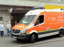 """16.07.2016 ++Düsseldorf++ Tierrettungseinsatz mit """"Happy End"""" - Feuerwehr rettete Jungtauben aus """"Gefängnis""""  Die Feuerwehr Düsseldorf wurde gegen 18:00 Uhr zu einem Tierrettungseinsatzauf die Gumbertstraße alarmiert. Drei Bürgerinnen nahmen an einemDrogeriemarktein aufgeregtes tierisches Gezwitscher wahr. Als die besorgten Frauen nach der Ursache für die Geräusche suchten, entdeckten diese neu angebrachte Bleche an einem Vordach. Offenbar waren zwei junge Tauben hinter diesen eingesperrt. Die Bleche wurden montiert um zu verhindern, dass Vögel in einen Spalt zwischen Mauer und Vordach gelangen können. Einsatzkräfte der Feuerwehr montierten die Bleche ab, sodass zwei Jungtauben aus ihrem Gefängnis ins Freie fliegen konnten. Die drei Frauen ( links im Bild M. Veltmann, in der Mitte H. Mannertz und rechts E. Stumm) waren überglücklich, das die Vögel offenbar unverletzt gerettet werden konnten. *** Local Caption *** 16.07.2016 ++Düsseldorf++ Tierrettungseinsatz mit """"Happy End"""" - Feuerwehr rettete Jungtauben aus """"Gefängnis""""  Die Feuerwehr Düsseldorf wurde gegen 18:00 Uhr zu einem Tierrettungseinsatzauf die Gumbertstraße alarmiert. Drei Bürgerinnen nahmen an einemDrogeriemarktein aufgeregtes tierisches Gezwitscher wahr. Als die besorgten Frauen nach der Ursache für die Geräusche suchten, entdeckten diese neu angebrachte Bleche an einem Vordach. Offenbar waren zwei junge Tauben hinter diesen eingesperrt. Die Bleche wurden montiert um zu verhindern, dass Vögel in einen Spalt zwischen Mauer und Vordach gelangen können. Einsatzkräfte der Feuerwehr montierten die Bleche ab, sodass zwei Jungtauben aus ihrem Gefängnis ins Freie fliegen konnten. Die drei Frauen ( links im Bild M. Veltmann, in der Mitte H. Mannertz und rechts E. Stumm) waren überglücklich, das die Vögel offenbar unverletzt gerettet werden konnten."""