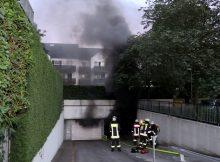 """18.07.2016 ++Düsseldorf++ Großeinsatz: Ausgedehnter Brand in Tiefgarage mit massiver Rauchentwicklung  Die Feuerwehr Düsseldorf wurde am Abend gegen 21:25 Uhr zu einem Tiefgaragenbrand auf die Straße """"In der Donk"""" alarmiert. Als die ersten Einsatzkräfte an der Einsatzstelle eintrafen, stellten diese eine massive Rauchentwicklung aus einer Tiefgarage fest. Die Wehrleute drangen von zwei Seiten in die Garage ein,um den Brand zu bekämpfen. Parallel wurde eine Alarmstufenerhöhung durchgeführt und ein dritter Löschzug, sowie weitere Führungs- und Sonderfahrzeugezur Einsatzstelle nachalarmiert. Mit einem Großlüfter wurde die Tiefgarage nach Abschluss der Löschmaßnahmen entraucht. Laut Einsatzleiter brannten ein, oder mehrere Autos in der Garage. Es konnte noch nicht genau beziffert werden, wie viele Fahrzeuge durch den Brand beschädigt wurden. Die Polizei hat die Ermittlungen zur Brandursache aufgenommen. *** Local Caption *** 18.07.2016 ++Düsseldorf++ Großeinsatz: Ausgedehnter Brand in Tiefgarage mit massiver Rauchentwicklung  Die Feuerwehr Düsseldorf wurde am Abend gegen 21:25 Uhr zu einem Tiefgaragenbrand auf die Straße """"In der Donk"""" alarmiert. Als die ersten Einsatzkräfte an der Einsatzstelle eintrafen, stellten diese eine massive Rauchentwicklung aus einer Tiefgarage fest. Die Wehrleute drangen von zwei Seiten in die Garage ein,um den Brand zu bekämpfen. Parallel wurde eine Alarmstufenerhöhung durchgeführt und ein dritter Löschzug, sowie weitere Führungs- und Sonderfahrzeugezur Einsatzstelle nachalarmiert. Mit einem Großlüfter wurde die Tiefgarage nach Abschluss der Löschmaßnahmen entraucht. Laut Einsatzleiter brannten ein, oder mehrere Autos in der Garage. Es konnte noch nicht genau beziffert werden, wie viele Fahrzeuge durch den Brand beschädigt wurden. Die Polizei hat die Ermittlungen zur Brandursache aufgenommen."""