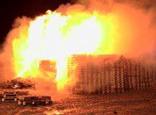 30.11.2016 ++Düsseldorf++ Großer Haufen Paletten brannte auf Feld lichterloh  Die Feuerwehr Düsseldorf wurde gegen 00:20 Uhr zu einem Brandeinsatz auf die Erkrather Landstraße Ecke Bruchhausen alarmiert. Auf einem Feld brannte ein großer Haufen Paletten lichterloh.Durch den schnell eingeleiteten Löschangriff gelang es den Wehrleuten einige Paletten vor den Flammen zu schützen. Die unbeschadeten Paletten wurden mit einem Radlader in Sicherheit gebracht. Ein Anhänger wurde ebenfalls durch die Flammen stark in Mitleidenschaft gezogen. Die Polizei hat die Ermittlungen zur Brandursache aufgenommen. *** Local Caption *** 30.11.2016 ++Düsseldorf++ Großer Haufen Paletten brannte auf Feld lichterloh  Die Feuerwehr Düsseldorf wurde gegen 00:20 Uhr zu einem Brandeinsatz auf die Erkrather Landstraße Ecke Bruchhausen alarmiert. Auf einem Feld brannte ein großer Haufen Paletten lichterloh.Durch den schnell eingeleiteten Löschangriff gelang es den Wehrleuten einige Paletten vor den Flammen zu schützen. Die unbeschadeten Paletten wurden mit einem Radlader in Sicherheit gebracht. Ein Anhänger wurde ebenfalls durch die Flammen stark in Mitleidenschaft gezogen. Die Polizei hat die Ermittlungen zur Brandursache aufgenommen.