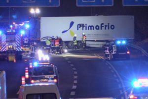 03.12.2016 ++A46 bei Hilden++ Schwerer LKW-Unfall - Tank aufgerissen & Kraftstoff ausgelaufen - Stau  Am frühen Samstagmorgen kam es auf der A46 in Fahrtrichtung Wuppertal, kurz vor dem Kreuz Hilden, zu einem schweren LKW-Unfall. Aus bislang unbekannter Ursache krachte ein Lastwagen in die rechte Leitplanke und beschädigte diese auf ca. 100 Metern. Der Fahrer blieb bei dem Alleinunfall glücklicherweise unverletzt, allerdings riss der Tank auf und eine große Menge Kraftstoff floss unkontrolliert auf die Fahrbahn. Die Feuerwehr Hilden dichtete den Tank ab, stellte den Brandschutz an der Einsatzstelle sicher und streute den ausgelaufenen Kraftstoff mit Bindemittel ab. Der Lastwagen wurde durch ein Bergungsunternehmen abgeschleppt. Während der Einsatzmaßnahmen war in Höhe der Unfallstelle nur ein Fahrstreifen befahrbar, es bildete sich ein Stau. Die Polizei hat die Ermittlungen zur Unfallursache aufgenommen. *** Local Caption *** 03.12.2016 ++A46 bei Hilden++ Schwerer LKW-Unfall - Tank aufgerissen & Kraftstoff ausgelaufen - Stau  Am frühen Samstagmorgen kam es auf der A46 in Fahrtrichtung Wuppertal, kurz vor dem Kreuz Hilden, zu einem schweren LKW-Unfall. Aus bislang unbekannter Ursache krachte ein Lastwagen in die rechte Leitplanke und beschädigte diese auf ca. 100 Metern. Der Fahrer blieb bei dem Alleinunfall glücklicherweise unverletzt, allerdings riss der Tank auf und eine große Menge Kraftstoff floss unkontrolliert auf die Fahrbahn. Die Feuerwehr Hilden dichtete den Tank ab, stellte den Brandschutz an der Einsatzstelle sicher und streute den ausgelaufenen Kraftstoff mit Bindemittel ab. Der Lastwagen wurde durch ein Bergungsunternehmen abgeschleppt. Während der Einsatzmaßnahmen war in Höhe der Unfallstelle nur ein Fahrstreifen befahrbar, es bildete sich ein Stau. Die Polizei hat die Ermittlungen zur Unfallursache aufgenommen.