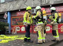 22.02.2017 ++Monheim++ Friteusenbrand in einem Döner-Imbiss  Die Feuerwehr Monheim am Rhein wurde am heutigen Vormittag zu einem Friteusenbrand in einem Döner-Imbiss am Ernst-Reuter-Platz alarmiert. Beim Eintreffen der Feuerwehr war die Lokalität stark verraucht. Mitarbeiter hatten bereits eigenständig Löschversuche mit einem Feuerlöscher unternommen. Ein ebenfalls alarmierter Notarzt untersuchte die beiden Personen auf eine mögliche Rauchgasvergiftung. Glücklicherweise mussten die Arbeiter nicht in ein Krankenhaus transportiert werden. Nach Abschluss der Brandbekämpfung wurde das Gebäude mit einem Hochleistungslüfter entraucht. Im Einsatz waren der Löschzug der hauptamtlichen Wache,der Löschzug Monheim der Freiwilligen Feuerwehr, sowie ein Rettungswagen und das Notarzteinsatzfahrzeug der Feuerwehr Langenfeld. *** Local Caption *** 22.02.2017 ++Monheim++ Friteusenbrand in einem Döner-Imbiss  Die Feuerwehr Monheim am Rhein wurde am heutigen Vormittag zu einem Friteusenbrand in einem Döner-Imbiss am Ernst-Reuter-Platz alarmiert. Beim Eintreffen der Feuerwehr war die Lokalität stark verraucht. Mitarbeiter hatten bereits eigenständig Löschversuche mit einem Feuerlöscher unternommen. Ein ebenfalls alarmierter Notarzt untersuchte die beiden Personen auf eine mögliche Rauchgasvergiftung. Glücklicherweise mussten die Arbeiter nicht in ein Krankenhaus transportiert werden. Nach Abschluss der Brandbekämpfung wurde das Gebäude mit einem Hochleistungslüfter entraucht. Im Einsatz waren der Löschzug der hauptamtlichen Wache,der Löschzug Monheim der Freiwilligen Feuerwehr, sowie ein Rettungswagen und das Notarzteinsatzfahrzeug der Feuerwehr Langenfeld.