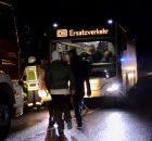 23.02.2017 ++Velbert++ Baum fiel auf Oberleitung einer Bahnstrecke - Zug auf freier Strecke evakuiert  In Velbert fiel am Abend im Bereich der Kuhlendahler Straße ein Baum infolge des Sturms auf die Oberleitung einer Bahnstrecke. Ein Zug musste durch die Feuerwehr auf freier Strecke evakuiert werden. Die Fahrgäste wurden mit Bussen zu einem Bahnhof gefahren. Die Feuerwehr war mit einem Großaufgebot im Einsatz. Die Bahnstrecke war für längere Zeit gesperrt. *** Local Caption *** 23.02.2017 ++Velbert++ Baum fiel auf Oberleitung einer Bahnstrecke - Zug auf freier Strecke evakuiert  In Velbert fiel am Abend im Bereich der Kuhlendahler Straße ein Baum infolge des Sturms auf die Oberleitung einer Bahnstrecke. Ein Zug musste durch die Feuerwehr auf freier Strecke evakuiert werden. Die Fahrgäste wurden mit Bussen zu einem Bahnhof gefahren. Die Feuerwehr war mit einem Großaufgebot im Einsatz. Die Bahnstrecke war für längere Zeit gesperrt.
