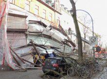 23.02.2017 ++Düsseldorf++ Massiver Sturmschaden - Baugerüst eingestürzt  Die Feuerwehr Düsseldorf wurde am heutigen Nachmittag zu einem massiven Sturmschaden auf die Talstraße alarmiert. Ein Baugerüst ist durch die heftigen Sturmböen eingestürzt. Geparkte Fahrzeuge wurden durch Trümmerteile beschädigt. Die Feuerwehr war mit einem Großaufgebot im Einsatz. *** Local Caption *** 23.02.2017 ++Düsseldorf++ Massiver Sturmschaden - Baugerüst eingestürzt  Die Feuerwehr Düsseldorf wurde am heutigen Nachmittag zu einem massiven Sturmschaden auf die Talstraße alarmiert. Ein Baugerüst ist durch die heftigen Sturmböen eingestürzt. Geparkte Fahrzeuge wurden durch Trümmerteile beschädigt. Die Feuerwehr war mit einem Großaufgebot im Einsatz.