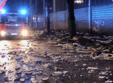 23.02.2017 ++Düsseldorf++ Massiver Sturmschaden - Große Teile des Dachs einer Industriehalle abgedeckt  Die Feuerwehr Düsseldorf wurde am späten Abend zu einem massiven Sturmschaden auf die Telleringstraße alarmiert. Infolge des Sturms hatten sich große Teile des Dachs einer leerstehenden Industriehalle gelöst. Einige Teile stürzten auf die Straße. Die Einsatzkräfte der Feuerwehr entfernten lose Teile auf dem Dach. *** Local Caption *** 23.02.2017 ++Düsseldorf++ Massiver Sturmschaden - Große Teile des Dachs einer Industriehalle abgedeckt  Die Feuerwehr Düsseldorf wurde am späten Abend zu einem massiven Sturmschaden auf die Telleringstraße alarmiert. Infolge des Sturms hatten sich große Teile des Dachs einer leerstehenden Industriehalle gelöst. Einige Teile stürzten auf die Straße. Die Einsatzkräfte der Feuerwehr entfernten lose Teile auf dem Dach.