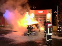25.02.2017 ++Düsseldorf++ Mercedes brannte unmittelbar vor Rettungswache in voller Ausdehnung  Die Feuerwehr Düsseldorf wurde am späten Abend zu einem PKW-Brand unmittelbar vor der Rettungswache Forststraße alarmiert. Beim Eintreffen der Feuerwehr brannte der Mercedes bereits in voller Ausdehnung. Mittels Schnellangriff wurde die Brandbekämpfung eingeleitet. Die Rettungswache wurde durch das brennende Fahrzeug glücklicherweise nicht beschädigt. *** Local Caption *** 25.02.2017 ++Düsseldorf++ Mercedes brannte unmittelbar vor Rettungswache in voller Ausdehnung  Die Feuerwehr Düsseldorf wurde am späten Abend zu einem PKW-Brand unmittelbar vor der Rettungswache Forststraße alarmiert. Beim Eintreffen der Feuerwehr brannte der Mercedes bereits in voller Ausdehnung. Mittels Schnellangriff wurde die Brandbekämpfung eingeleitet. Die Rettungswache wurde durch das brennende Fahrzeug glücklicherweise nicht beschädigt.