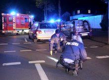 16.04.2017 ++Düsseldorf++ Fußgänger wurde von PKW erfasst & schwer verletzt  Gegen 22:40 Uhr kam es in Düsseldorf auf dem Hellweg, in Höhe der Einmündung Siedlerweg, zu einem schweren Verkehrsunfall. Eine männliche Person wurde aus bislang unbekannter Ursache von einem PKW erfasst und zu Boden geschleudert. Der Patient wurde nach rettungsdienstlicher Behandlung unter Notarztbegleitung in ein Krankenhaus transportiert. Die Polizei hat die Ermittlungen zur Unfallursache aufgenommen. *** Local Caption *** 16.04.2017 ++Düsseldorf++ Fußgänger wurde von PKW erfasst & schwer verletzt  Gegen 22:40 Uhr kam es in Düsseldorf auf dem Hellweg, in Höhe der Einmündung Siedlerweg, zu einem schweren Verkehrsunfall. Eine männliche Person wurde aus bislang unbekannter Ursache von einem PKW erfasst und zu Boden geschleudert. Der Patient wurde nach rettungsdienstlicher Behandlung unter Notarztbegleitung in ein Krankenhaus transportiert. Die Polizei hat die Ermittlungen zur Unfallursache aufgenommen.