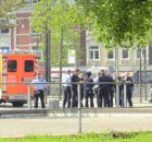 20.04.2017 ++Düsseldorf++ Streitigkeiten eskalierten auf einem Spielplatz an der Bonner Straße  Gegen 14:20 Uhr wurden Polizei und Rettungsdienst auf die Bonner Straße alarmiert. Auf einem Spielplatz an der Haltestelle Holthausen kam es zu Streitigkeiten zwischen mehreren Personen. Als die Streitigkeiten eskalierten, wurde eine Person mit einem Gegenstand, vermutlich einem Messer verletzt. Unter Notarztbegleitung wurde die Person in ein Krankenhaus transportiert. Vor Ort wurden mehrere Personen durch die Polizei überprüft und gleichzeitig zum Geschehen befragt. *** Local Caption *** 20.04.2017 ++Düsseldorf++ Streitigkeiten eskalierten auf einem Spielplatz an der Bonner Straße  Gegen 14:20 Uhr wurden Polizei und Rettungsdienst auf die Bonner Straße alarmiert. Auf einem Spielplatz an der Haltestelle Holthausen kam es zu Streitigkeiten zwischen mehreren Personen. Als die Streitigkeiten eskalierten, wurde eine Person mit einem Gegenstand, vermutlich einem Messer verletzt. Unter Notarztbegleitung wurde die Person in ein Krankenhaus transportiert. Vor Ort wurden mehrere Personen durch die Polizei überprüft und gleichzeitig zum Geschehen befragt.