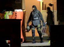 21.04.2017 ++Monheim++ SEK-Einsatz: Mann stand stundenlang mit Messer auf Fenstersims  Gegen 16:45 Uhr kam es auf der Erich-Klausener-Straße in Monheim zu einem Polizei- und Feuerwehreinsatz. Ein Mann stand im 3. Obergeschoss eines Mehrfamilienhausesauf einem Fenstersims. In einer Hand hielt der Mann ein großes Messer. Spezialeinsatzkräfte der Polizei rückten an. Erst gegen 01:00 Uhr in der Nacht konnte der Mann schließlich überwältigt werden. *** Local Caption *** 21.04.2017 ++Monheim++ SEK-Einsatz: Mann stand stundenlang mit Messer auf Fenstersims  Gegen 16:45 Uhr kam es auf der Erich-Klausener-Straße in Monheim zu einem Polizei- und Feuerwehreinsatz. Ein Mann stand im 3. Obergeschoss eines Mehrfamilienhausesauf einem Fenstersims. In einer Hand hielt der Mann ein großes Messer. Spezialeinsatzkräfte der Polizei rückten an. Erst gegen 01:00 Uhr in der Nacht konnte der Mann schließlich überwältigt werden.
