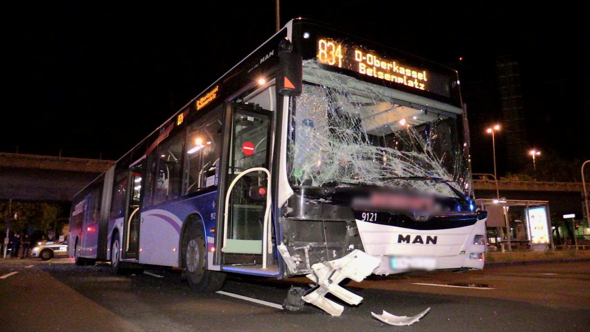 schwerer verkehrsunfall zwischen taxi und linienbus emergency. Black Bedroom Furniture Sets. Home Design Ideas