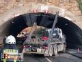 Unter Strom in Mülheim/Ruhr: LKW bleibt unter Brücke in Oberleit