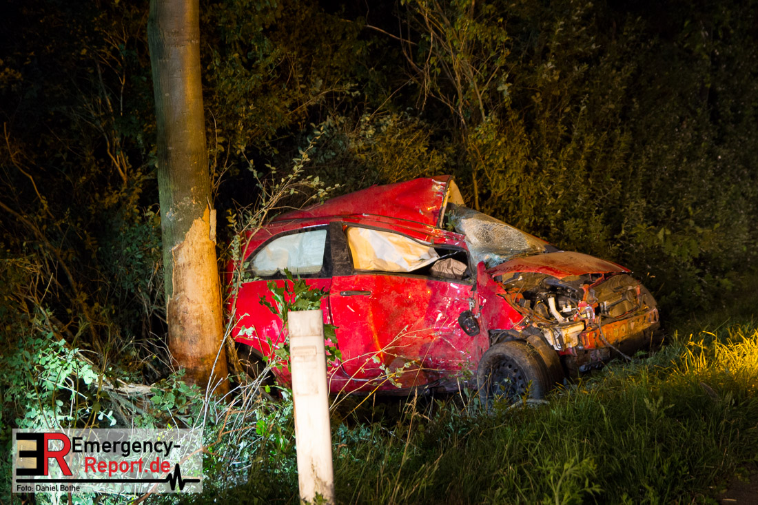 Korschenbroich (ots) - Am Samstag, den 11.07.2015, gegen 02:15 Uhr, befuhr ein 19-jähriger Neusser mit seinem PKW die Landstraße 361 aus Richtung Korschenbroich kommend in Fahrtrichtung Grevenbroich. In Höhe der Kreuzung zur Landstraße 381 verlor der Fahrer die Kontrolle über sein Fahrzeug, geriet ins Schleudern und schlug mit der Beifahrerseite seines Wagens gegen einen Baum auf der gegenüberliegenden Seite. Der PKW blieb anschließend auf der Fahrerseite liegen. Der 19-jährige konnte das Fahrzeug selbständig verlassen und machte einen anderen Autofahrer auf sich aufmerksam, der erste Hilfe leistete und die Polizei verständigte. Der 19-jährige musste mit schweren Verletzungen zur stationären Behandlung in ein Krankenhaus gebracht werden. Lebensgefahr besteht nicht. Bei der Unfallaufnahme wurde festgestellt, dass der 19-jährige alkoholisiert war. Ihm wurde eine Blutprobe entnommen, sein Führerschein sichergestellt. Während der Unfallaufnahme wurde die Landstraße 361 zwischen den Kreuzungen L361/L381 und L361/L32 (Büttger Weg/Glehner Weg) gesperrt. (pi)