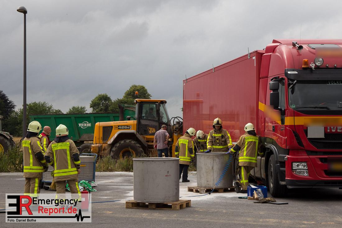 Grvenbroich - Sattelzug reisst sich Dieseltank auf