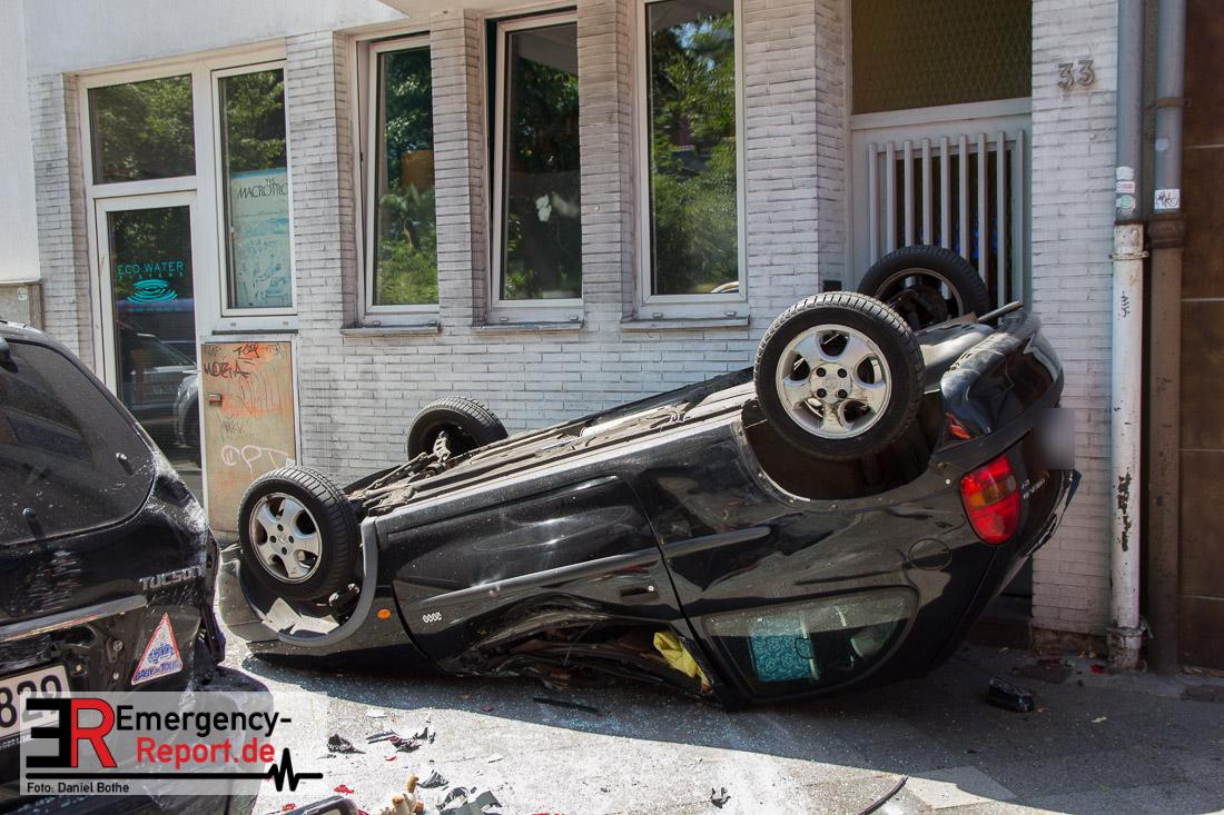 die Feuerwehr Düsseldorf wurde am Mittag gegen 13:30 Uhr auf die Kreuzung Prinz-Georg-Str/Parkstraße alarmiert. Gemeldet wurde ein überschlagener PKW mit einer im Fahrzeug eingeklemmten Person. Bei Eintreffen fanden die Feuerwehrleute ein auf dem Dach liegenden Opel Corsa auf dem Bürgersteig vor. Er kam vor einem Hauseingang zum liegen. Wie durch ein Wunder stellte sich heraus, dass die Fahrerin des Fahrzeuges sich bereits selbst aus dem Fahrzeug befreien konnte. Sie wurde nach ersten Angaben nur leicht verletzt. Ein weiteres Fahrzeug war offenbar an dem Unfall beteiligt. Die Polizeibeamten vor Ort konnten noch keine genauen Angaben zum Unfallhergang machen, da es widersprüchliche Aussagen gab. Die Feuerwehr stellte den Brandschutz an der Einsatzstelle sicher.