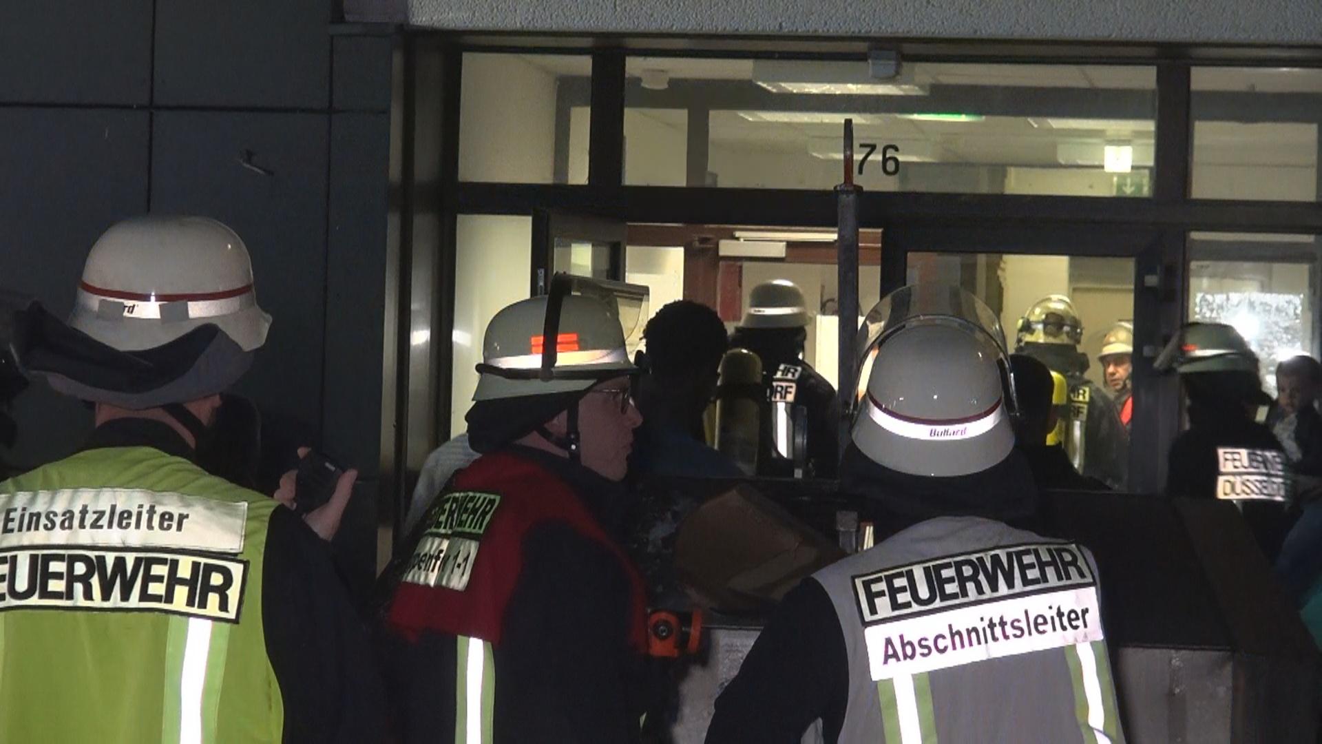 Die Feuerwehr Düsseldorf wurde am Mittwochabend gegen 22:45 Uhr auf die Schanzenstraße 76 in Oberkassel alarmiert. Der Sicherheitsdienst der dortigen Asylunterkunft hatte einen Zimmerbrand im 4. Obergeschoss gemeldet. Die Feuerwehr rückte aufgrund dieser Meldung mit zwei Löschzügen aus. Die Einsatzkräfte konnten nach Erkundung vor Ort kein Feuer entdecken . Eine unbekannte Person hatte im 4. Obergeschoss einen Feuerlöscher gezündet. Dieser hatte den Raum vernebelt. Verletzt wurde niemand.